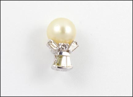Pearl and Diamond Pendant in 18K White Gold