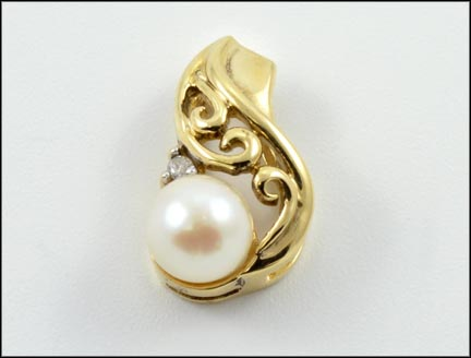 Pearl Pendant in 10K Yellow Gold