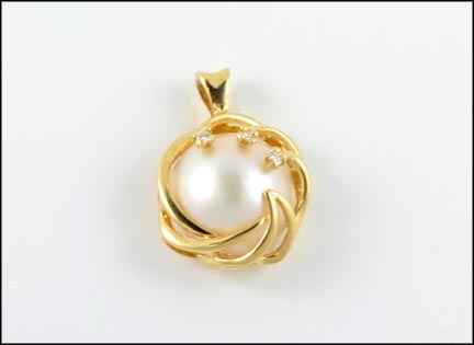 Mabe' Pearl Pendant in 14K Yellow Gold